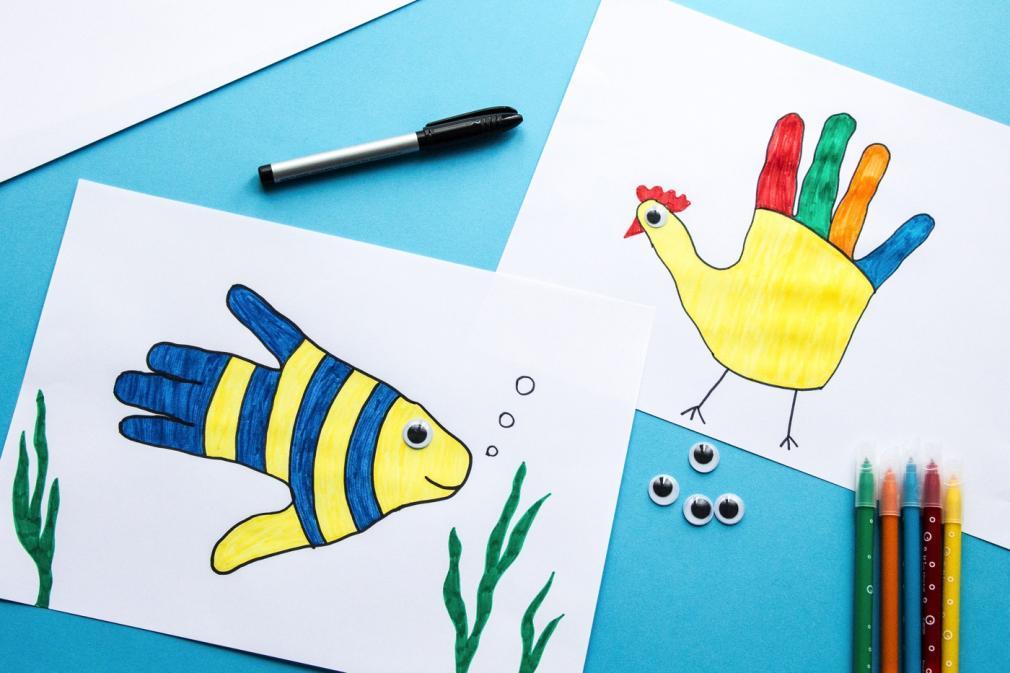 Desenhos de contorno com as crianças.