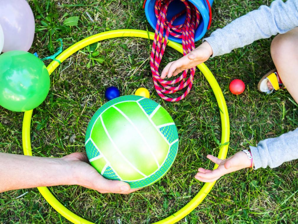 Três atividades com balões para se divertir ao ar livre